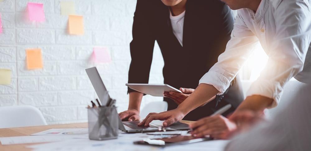 Equipo de trabajo utilizando plataforma de formación online